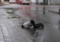Пьяный мужчина отдохнул на дороге