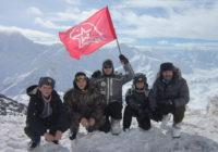 Кисловодские кадеты водрузили флаг юнармейцев на склоне Эльбруса