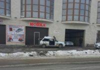 Девушка-водитель въехала в здание автотехцентра