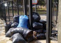 Прошла уборка на территории воинского кладбища
