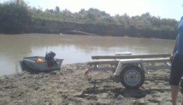 Спасатели обследуют реку в поисках утонувшего