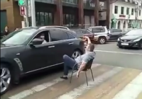 Пьяный мужчина сидит в центре Кисловодска на зебре. Видео