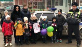 Детсадовцы совместно с ГИБДД поздравляли водителей