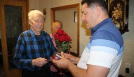 Александр Курбатов поздравил ветерана с юбилеем