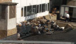 На рынке в Ессентуках 2-й месяц не вывозят мусор