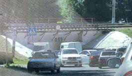 Еще один водитель-зевака застрял под Яшкиным мостом