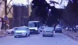 В Кисловодске елка упала на рейсовый автобус