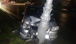 В Кисловодске водитель сбил фонарный столб
